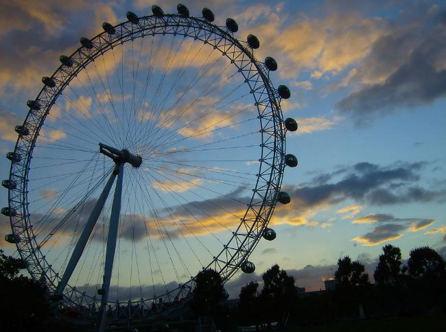 Estudar fora vai te transformar para sempre   London Eye no entardecer   Foto: Billy Hicks, via Wikimedia Commons