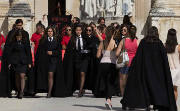 Estudantes de Coimbra   Foto: Bobo Boom, via Wikimedia Commons