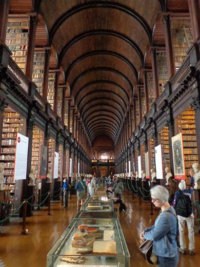 Trinity College Library | Foto by Superchilum via Wikimedia Commons