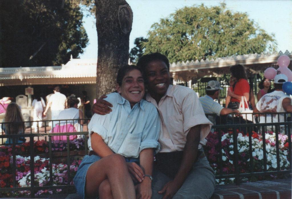 Andrea e sua colega de classe, Stacey, na Califórnia