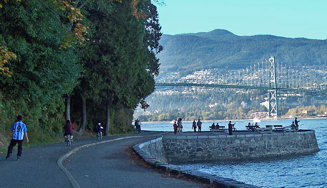 Stanley Seawall and Lion's Gate Bridge | Foto: bobanny via Wikimedia Commons