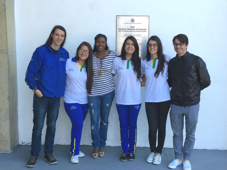 ETEC Pirituba | Da esquerda para a direita: Pedro, Mariana, Profa. Eliane, Rubia, Giovanna e Prof. Vanderson - ETEC Pirituba| Foto: Andrea Tissenbaum