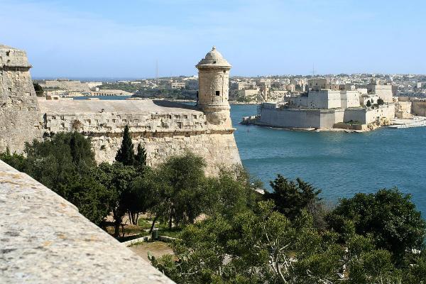 Valletta, torre de vigia e vista sobre Birgu | Foto: Thyes, via Wikimedia Commons