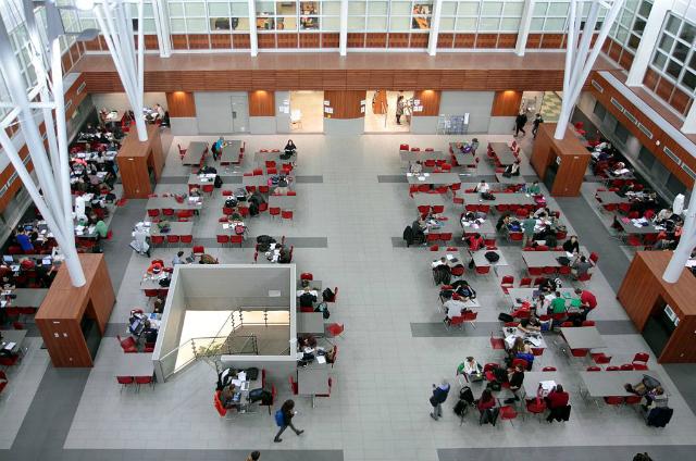 Pátio interno, Pavillon Alexandre-Vachon, Université Laval   Foto: Cephas via Wikimedia Commons