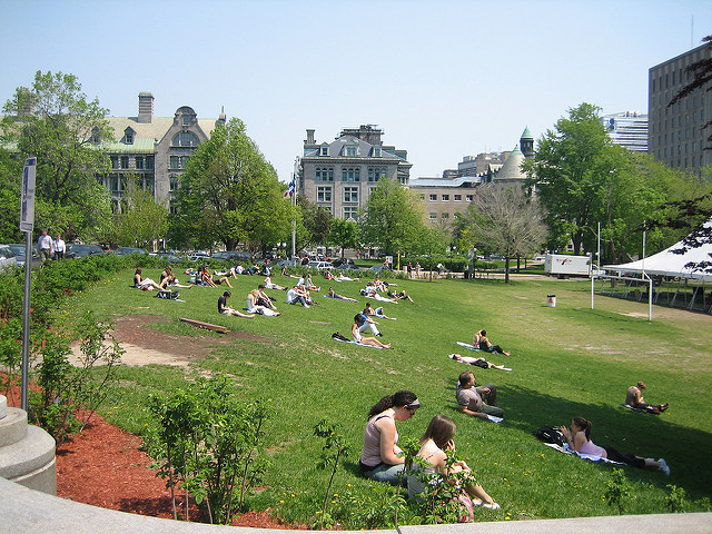 Pausa para o sol na McGill University | Foto: Eugene Kim via Flickr