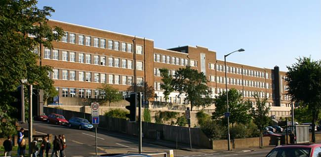 Universidade de Brighton   Mitras Building   Foto: Anders Almaas, via Wikimedia Commons