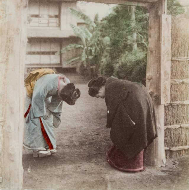 Ojigi, o cumprimento japonês | Foto: Photographic Heritage (c.1880), via Flickr