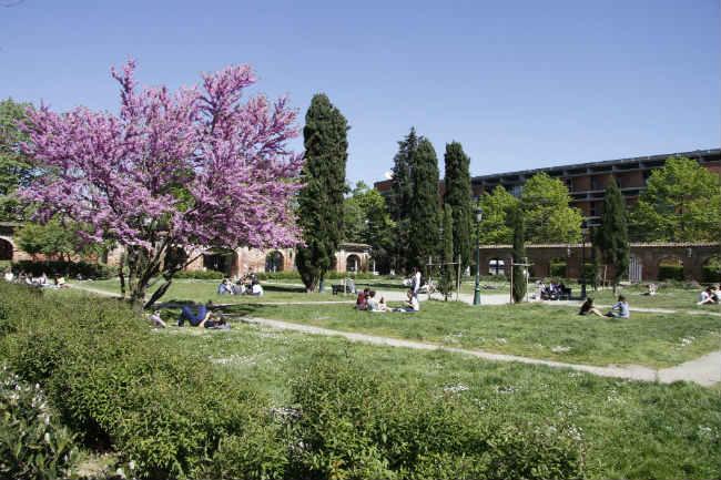 Os jardins da Université Toulouse 1 | Foto: Metronews Toulouse, via Flickr