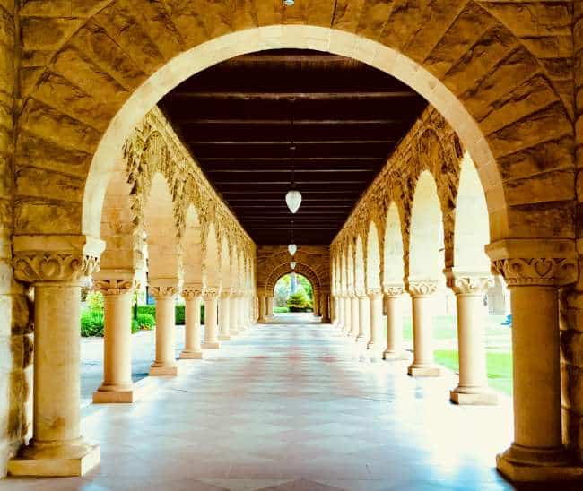 Stanford Memorial Court | Foto: Emily Karakis, via Unsplash